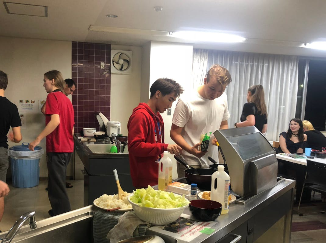 Interns prepare meals together at sharehouse accommodation, Intern Abroad HQ